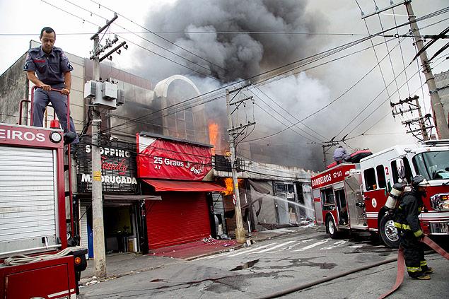 Incêndio de grandes proporções atinge shopping na região do Brás, em SP