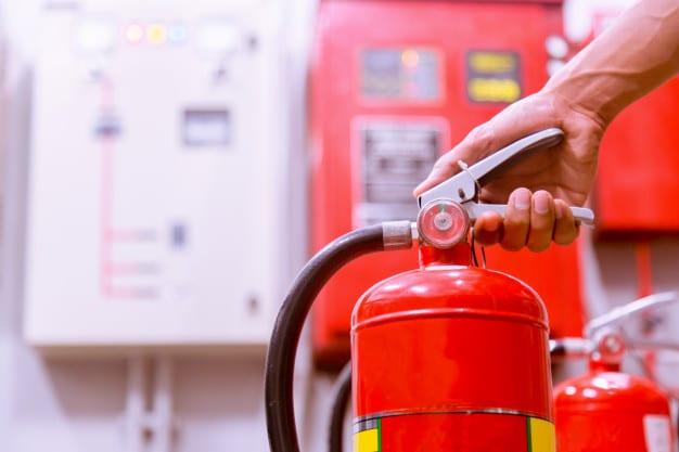 A manutenção preventiva garante o pleno funcionamento dos sistemas de combate a incêndio.