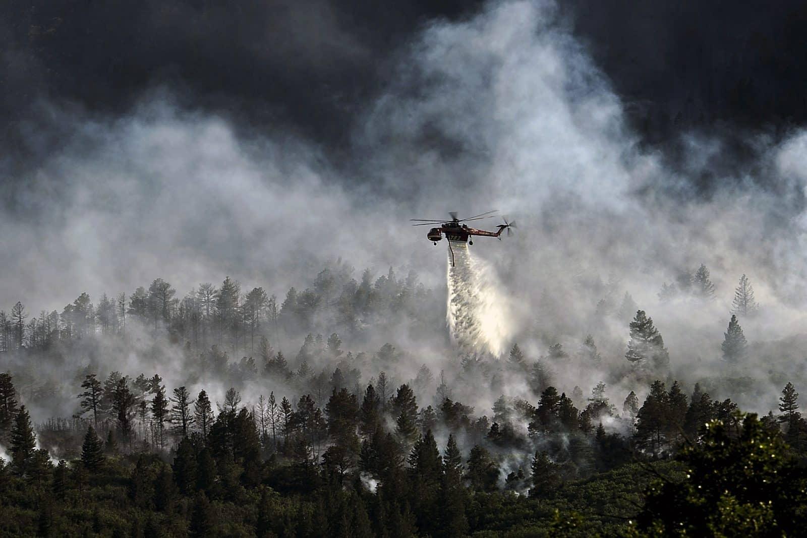 Para combater os incêndios na Austrália, exército e defesa civil de vários países tem unido forças e enviado helicópteros a fim de salvar vidas.