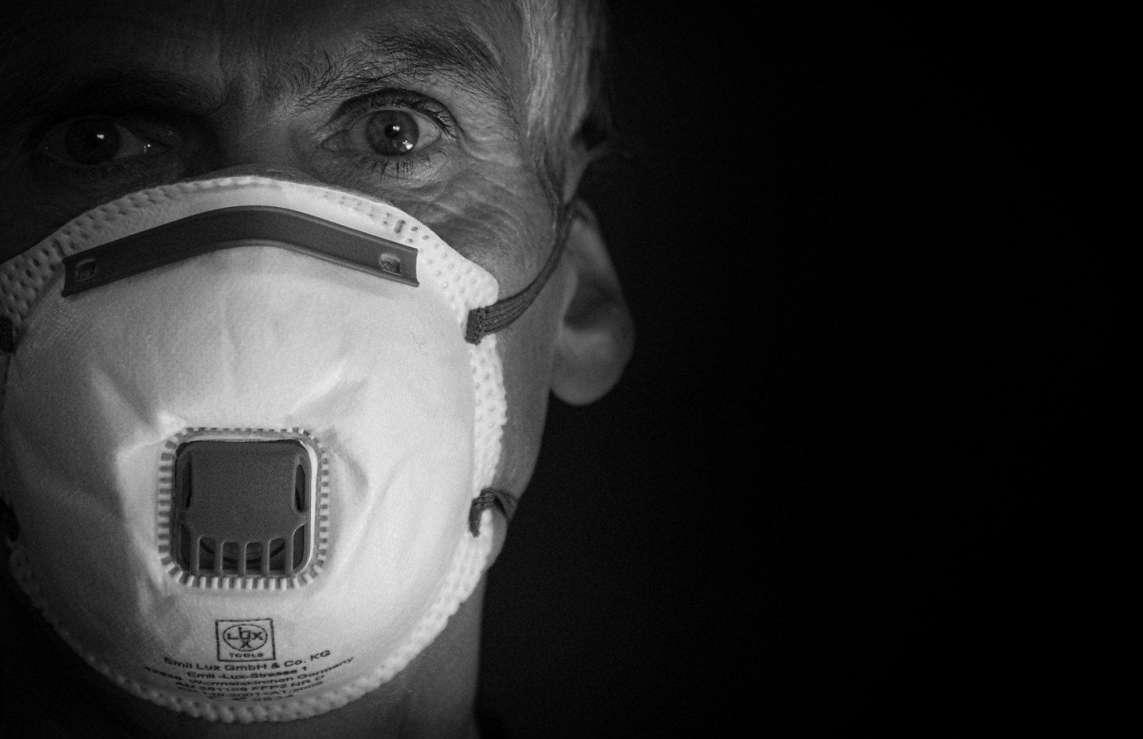 Altamente contagioso, o coronavírus tem aumentado a procura por equipamentos de proteção, dentre os quais destacam-se as máscaras, luvas e óculos, que antes eram utilizados apenas em algumas profissões.