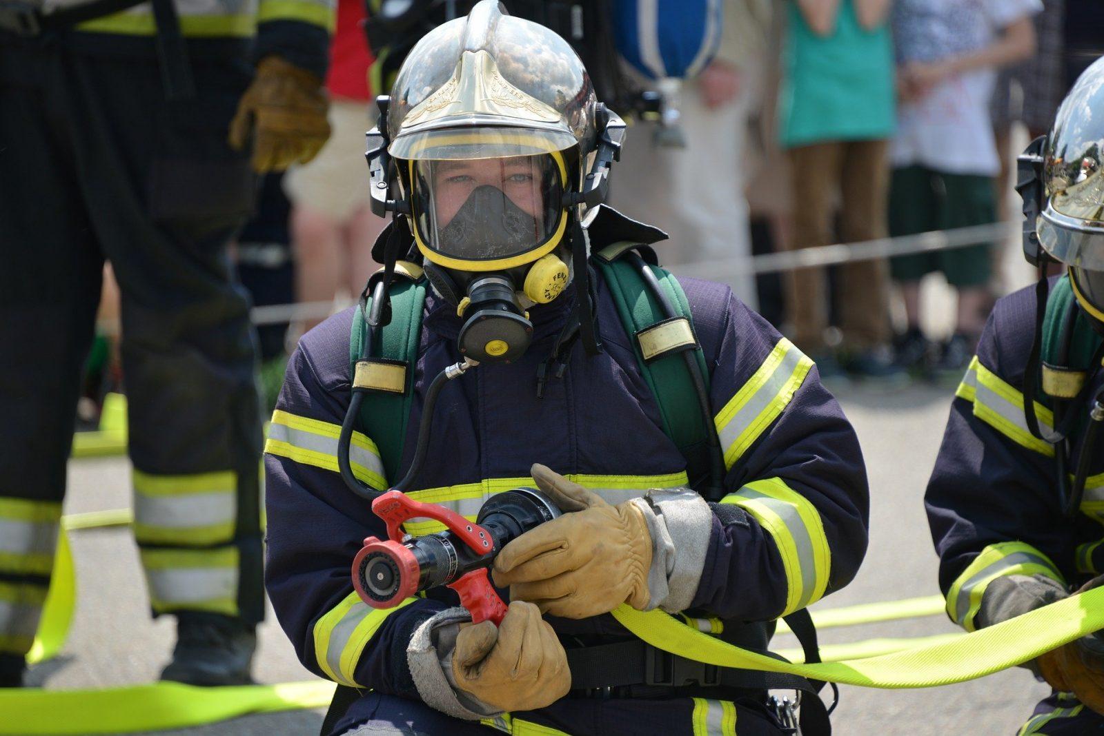 Muitas pessoas esquecem que a prevenção e combate a incêndios deve começar por elas, não deixando tomadas sobrecarregadas ou líquidos inflamáveis perto do fogo.