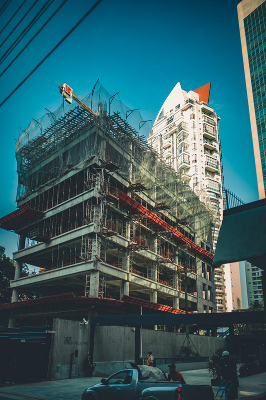 Para evitar casos de incêndio na obra, é fundamental contar com equipamentos específicos em todo a edificação.